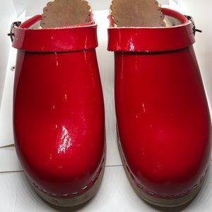 Hannah Anderson Swedish red patent lthr wood clogs